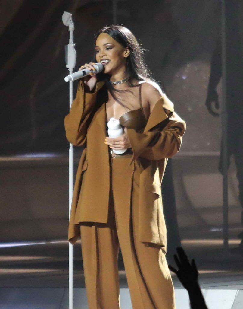 Rihanna Performs in Vancouver 04/23/2016-1