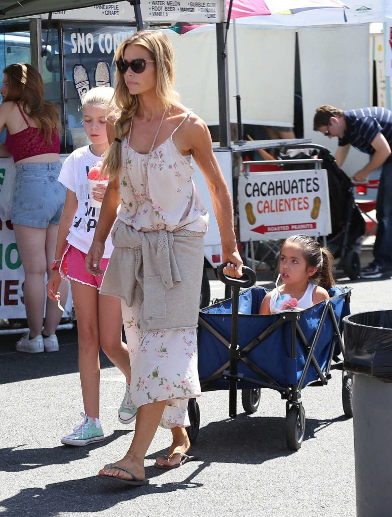Denise Richards Was Seen at the Farmer's Market in Studio City 07/10/2016-1