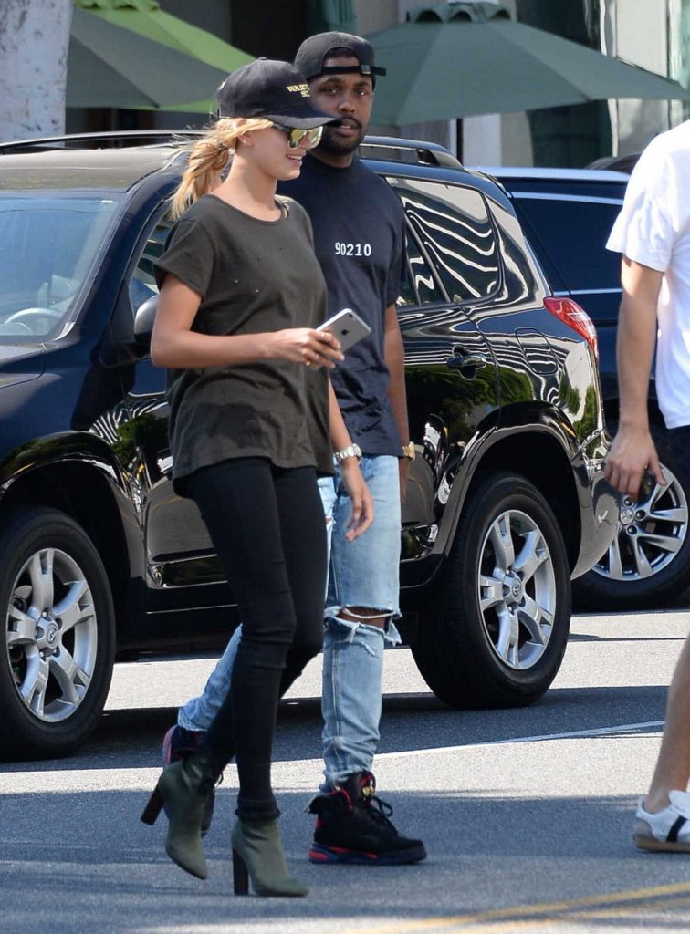 Hailey Baldwin Visits Urth Cafe in Beverly Hills 08/18/2016-1