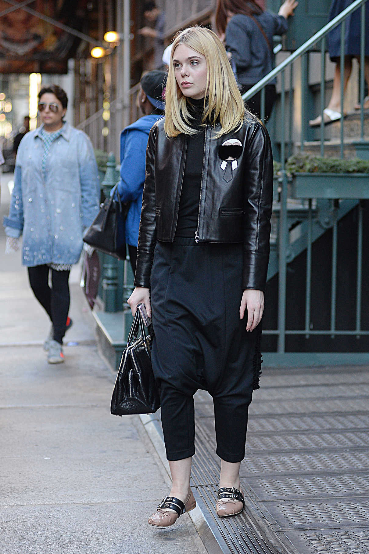 Elle Fanning Goes Shopping in New York City 10/07/2016-2
