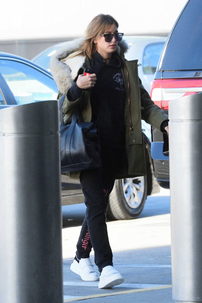 Hailey Baldwin Arrives at JFK Airport in New York 12/19/2016-1