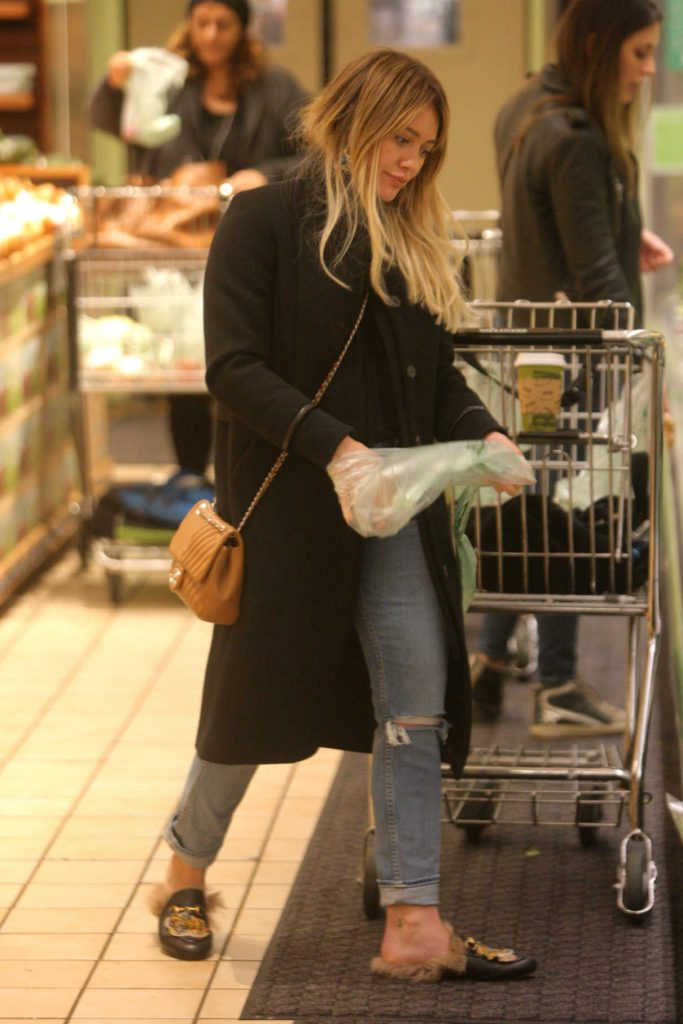 Hilary Duff Gets Her Grocery Shopping in Beverly Hills 01/22/2017-1