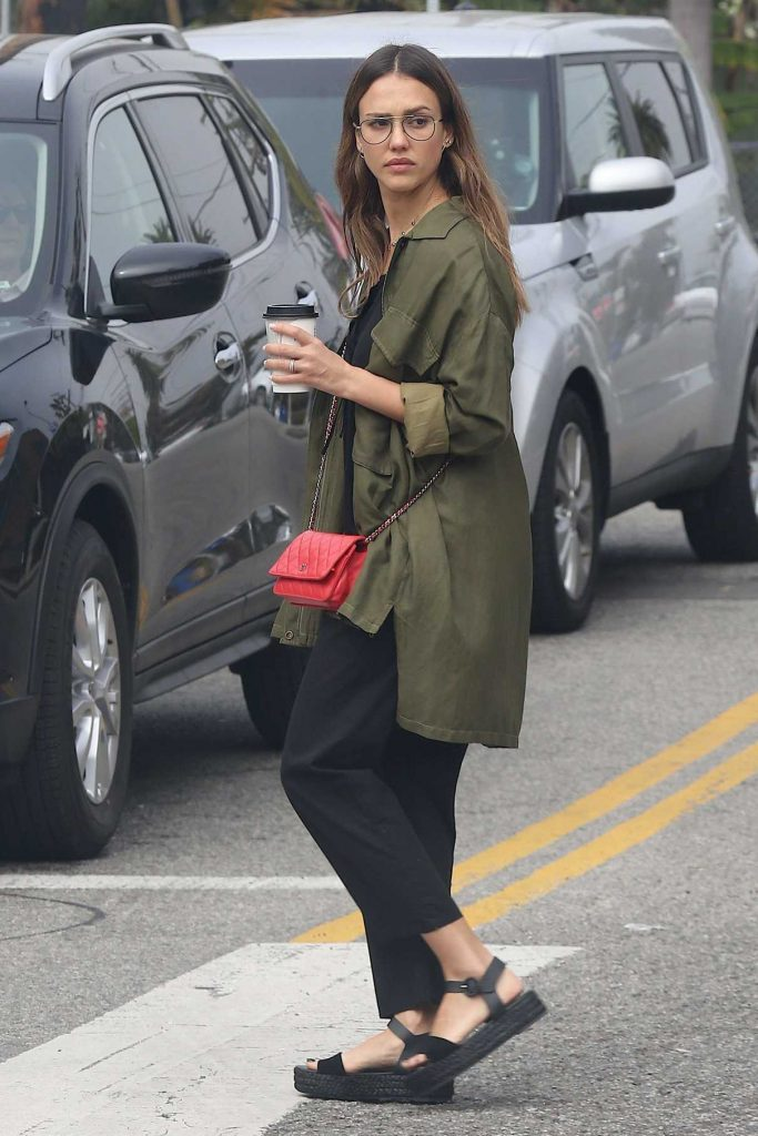 Jessica Alba Grabs a Coffee in Venice 03/12/2017-1