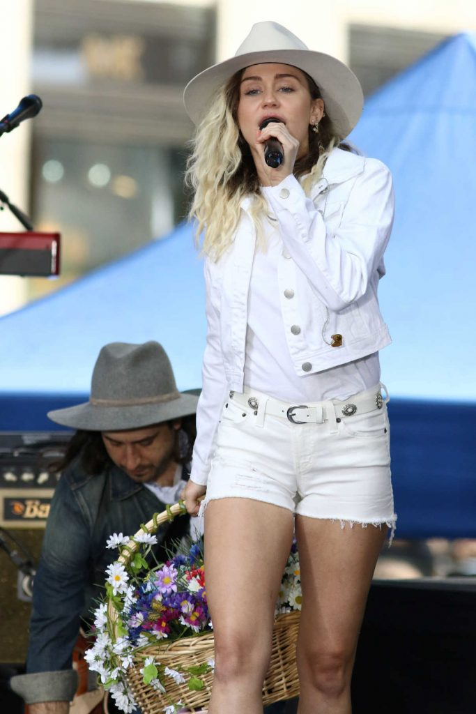 Miley Cyrus Performs at the NBC Today Show in New York 05/26/2017-1
