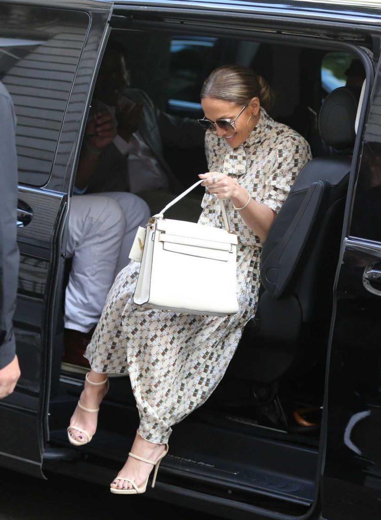 Jennifer Lopez Visits the Louvre in Paris With Her Boyfriend Alex Rodriguez 06/17/2017-1