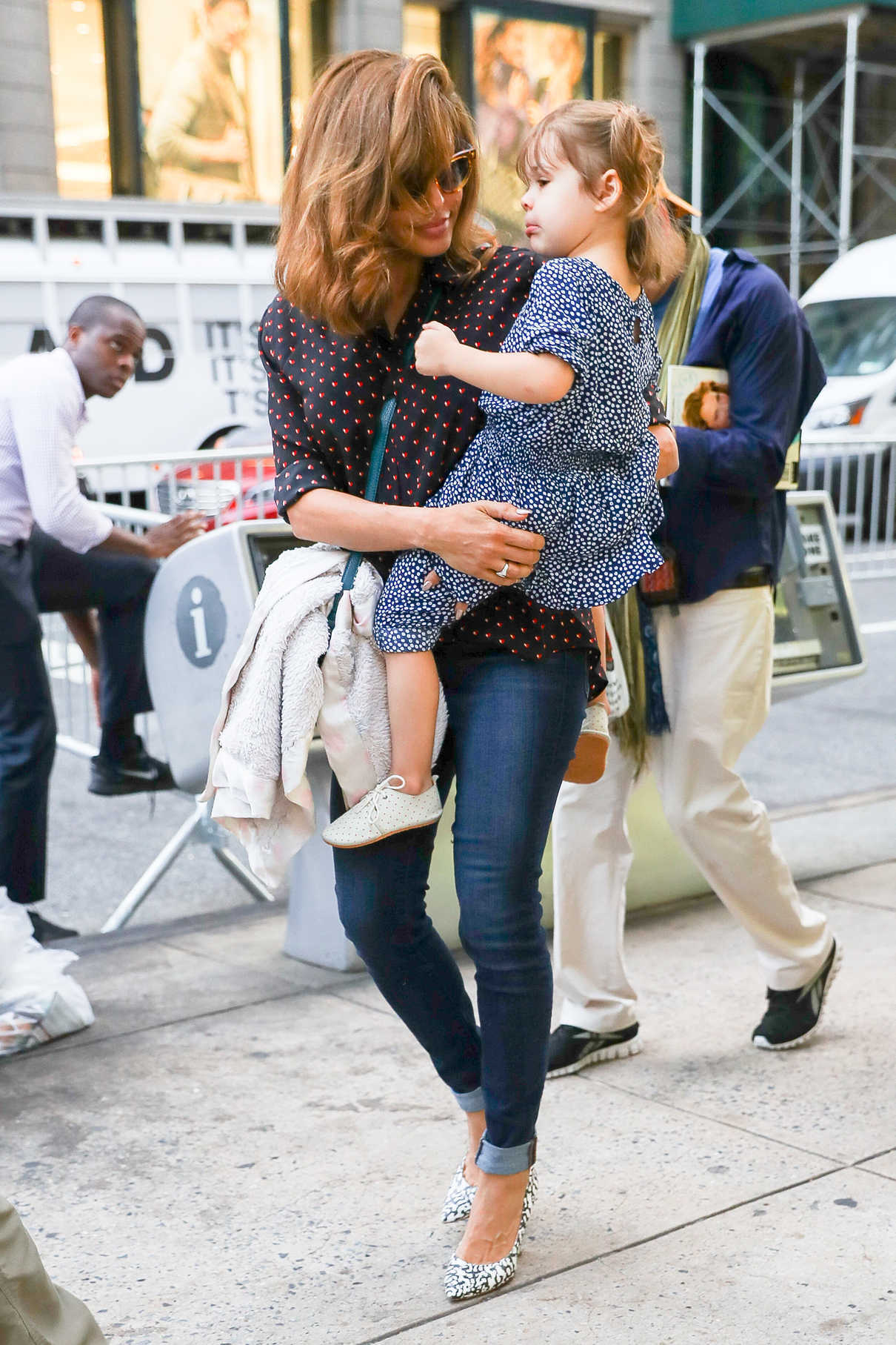 Eva Mendes Was Seen With Her Daughter Esmeralda On Madison Avenue In New York City 09 26 2017 5