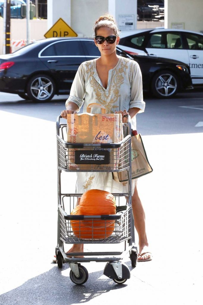 Halle Berry Was Seen at Bristol Farms in Los Angeles 10/09/2017-1