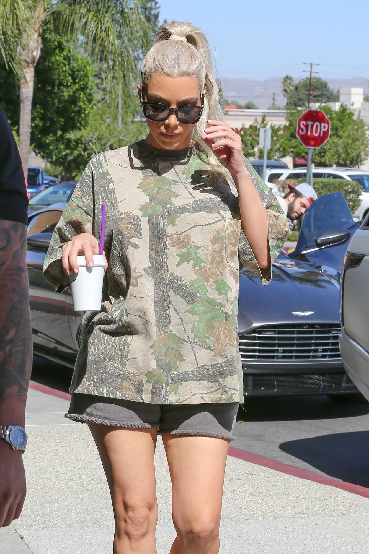 Kim Kardashian Was Seen Out in Calabasas 10/09/2017-4