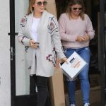 Hilary Duff Visits a Frame Store in Studio City 11/03/2017-2
