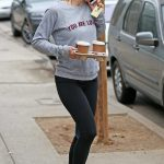 Jennifer Garner Grabs Coffee in Los Angeles 10/30/2017-5