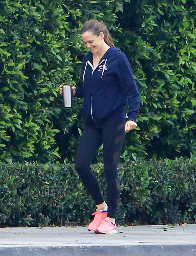 Jennifer Garner Takes a Morning Stroll Out in Brentwood 11/27/2017-1