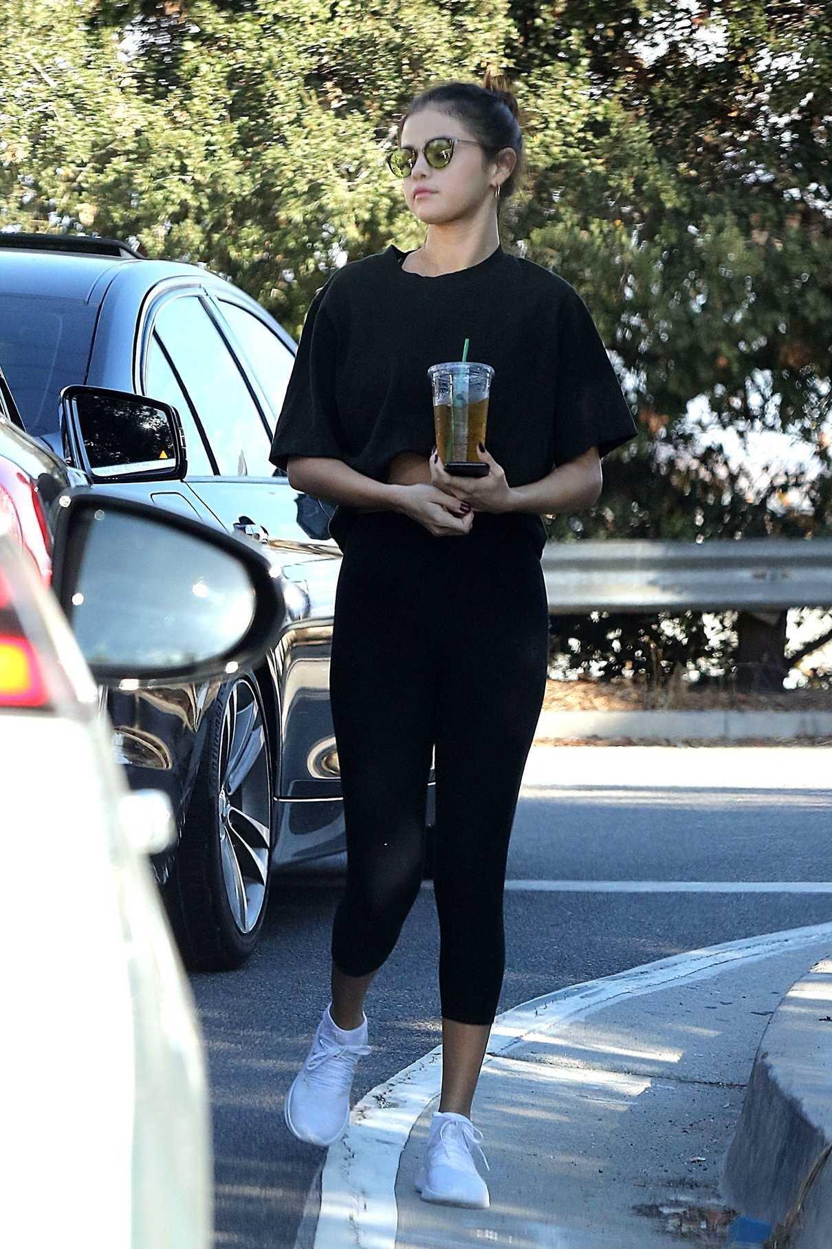 Selena Gomez Grabs an Iced Tea in LA 11/05/2017-2