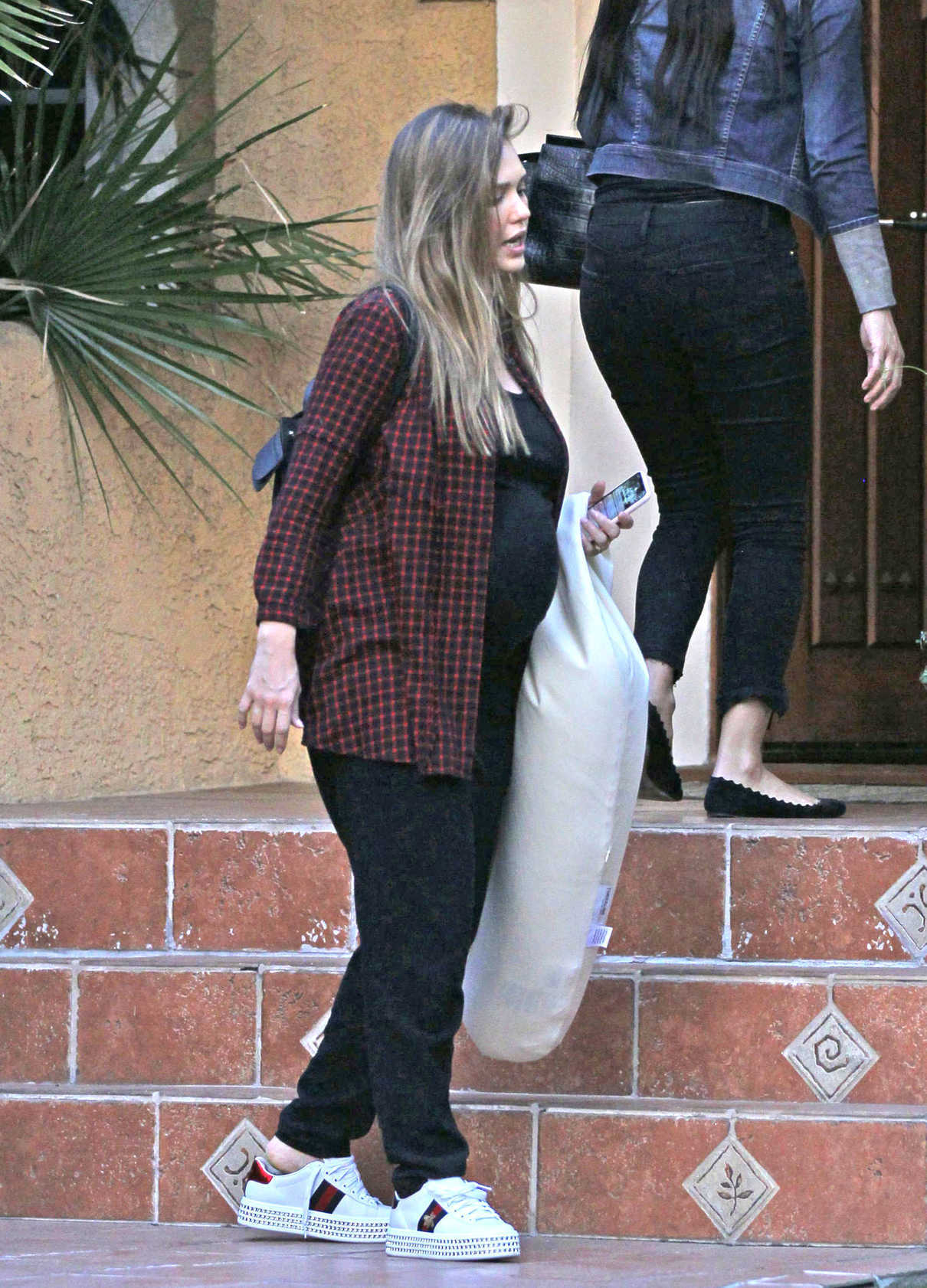 Jessica Alba Brings Her Nursing Pillow to the Gym in West Hollywood 12/10/2017-3