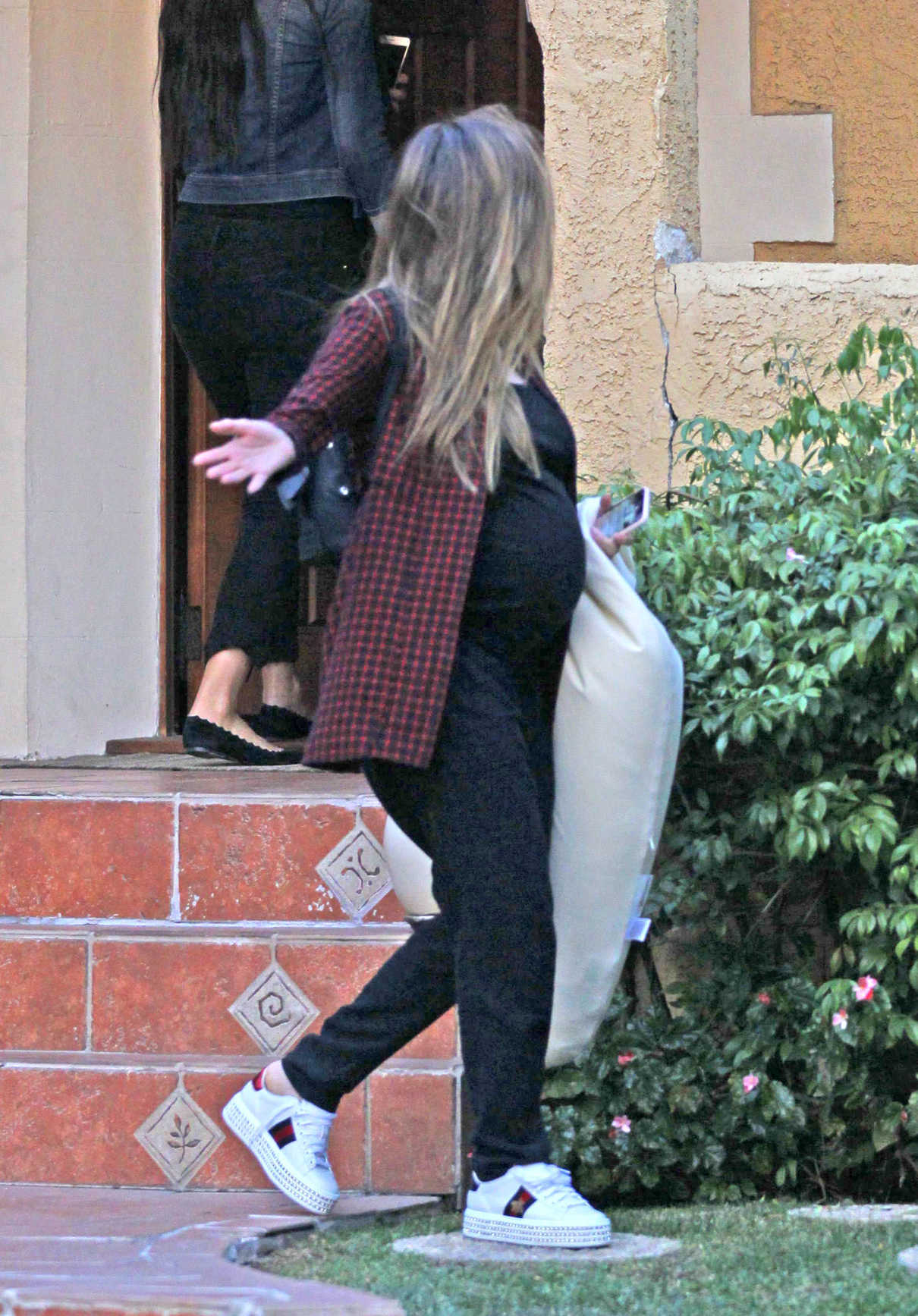 Jessica Alba Brings Her Nursing Pillow to the Gym in West Hollywood 12/10/2017-4
