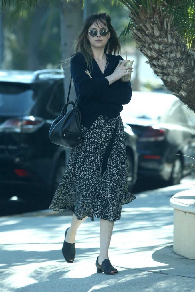 Dakota Johnson Arrives at to the Earth Bar in West Hollywood 01/05/2018-1