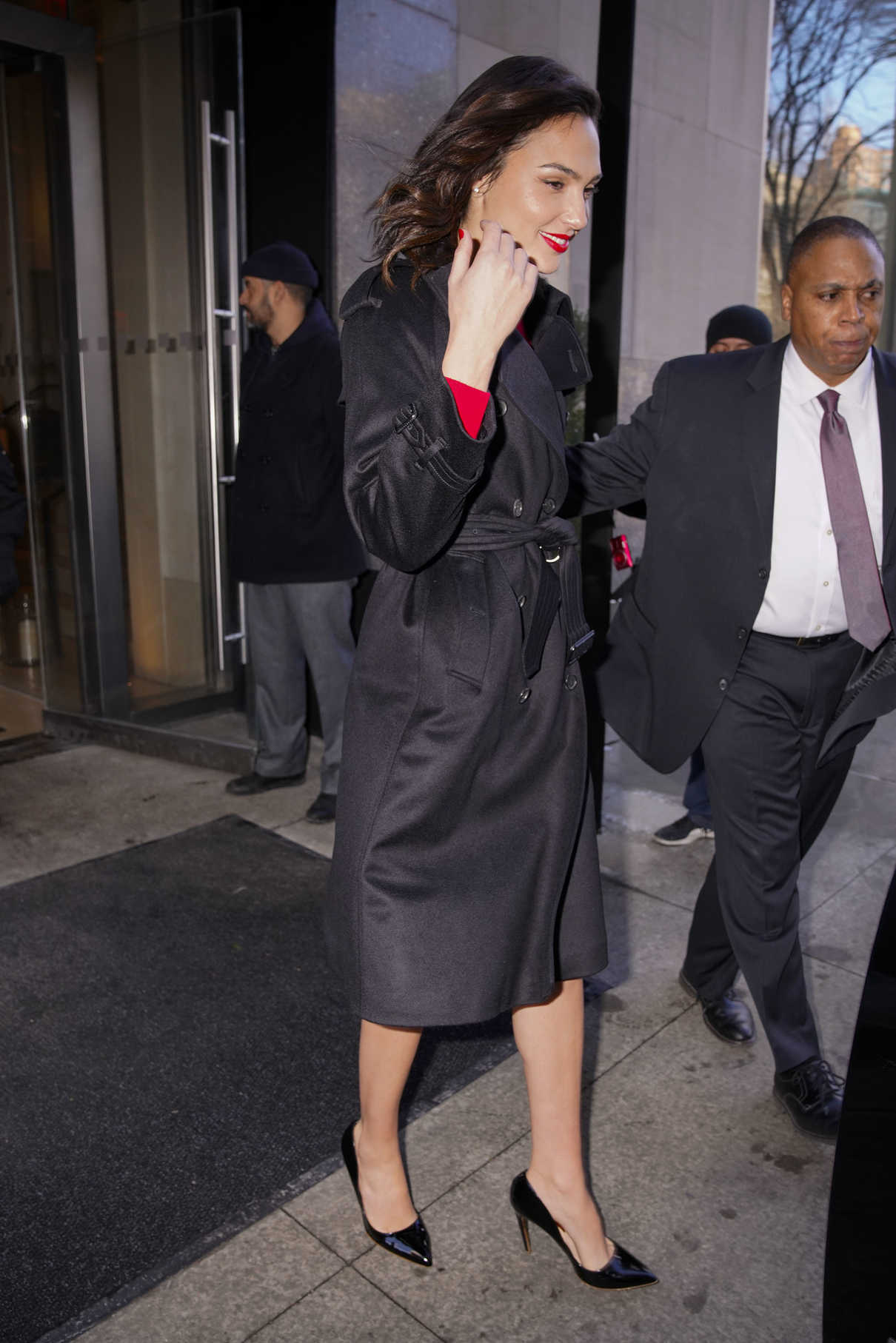 Gal Gadot Wears a Stylish Black Trench Coat Out in New York 01/09/2018-4