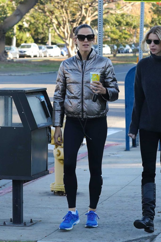 Jennifer Garner Grabs a Coffee with a Friend Out in Brentwood 01/24/2018-1