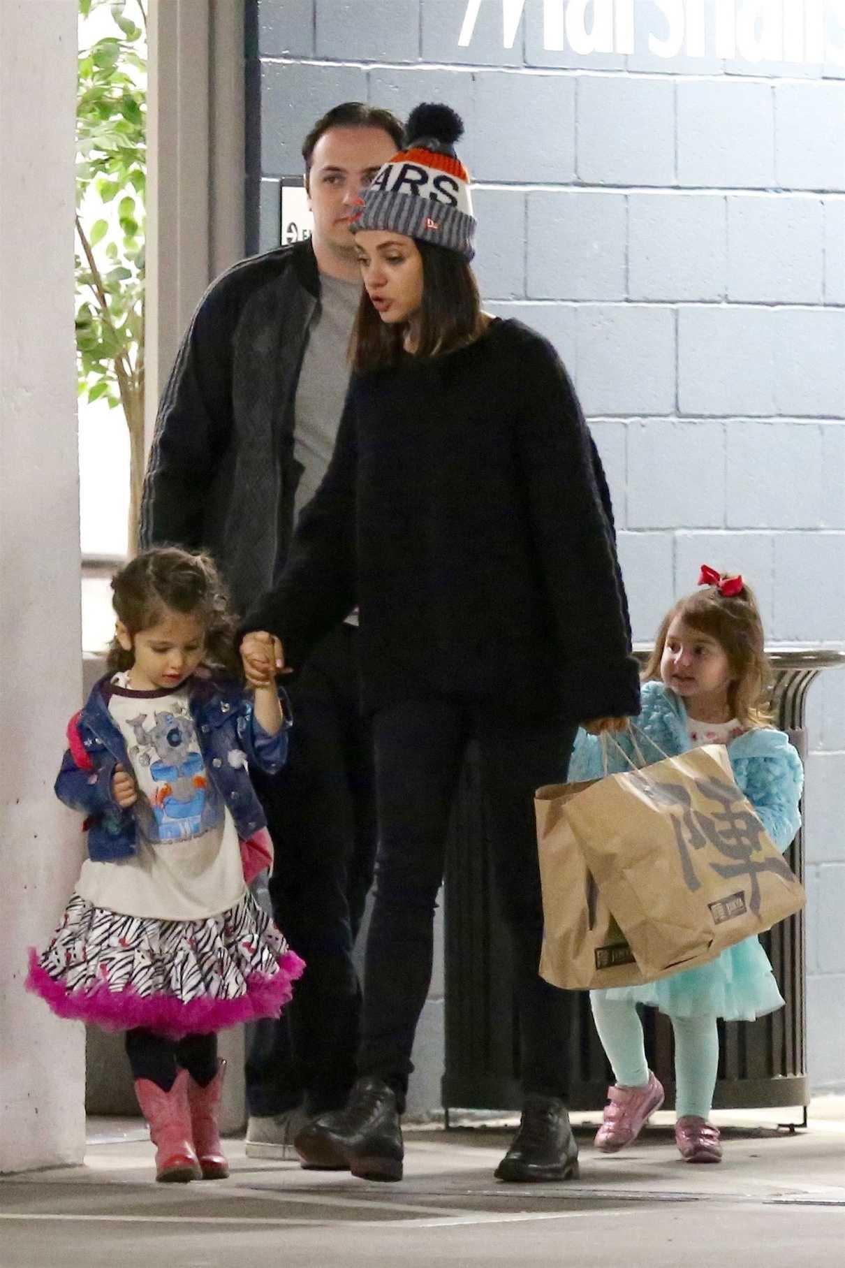 Mila Kunis Takes Her Daughter to Art Class in Studio City 01/09/2018-2