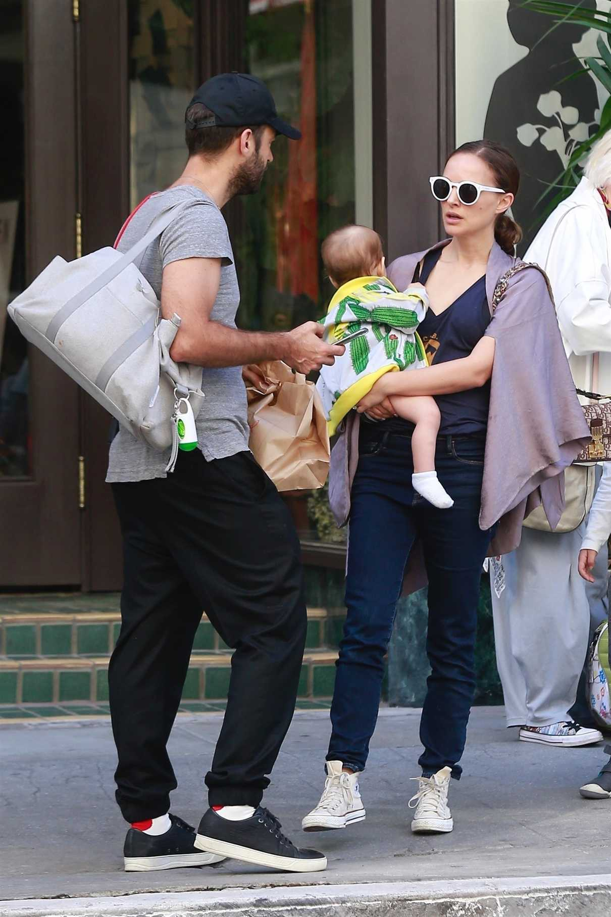 Natalie Portman Heads to Breakfast with Her Family in ... натали портман