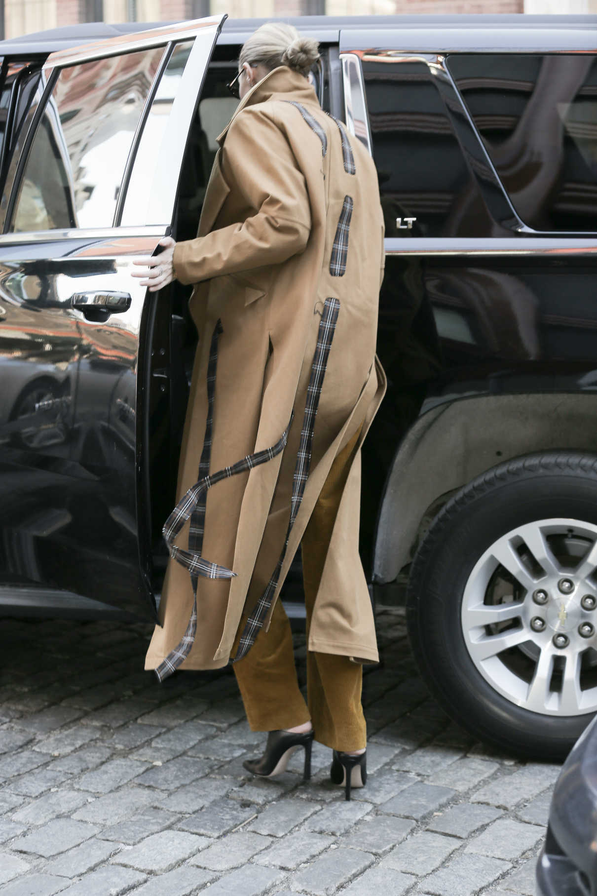 Gigi Hadid Wears a Beige Coat Out in New York City 02/02/2018-5