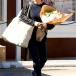 Jennifer Garner Stops to Pick up Some Flowers in Brentwood 02/15/2018-2