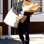 Jennifer Garner Stops to Pick up Some Flowers in Brentwood 02/15/2018-3