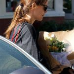 Jennifer Garner Stops to Pick up Some Flowers in Brentwood 02/15/2018-5