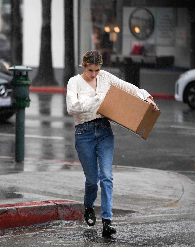 Emma Roberts Braves the Rain to Pick up a Package at UPS in LA 03/22/2018-1