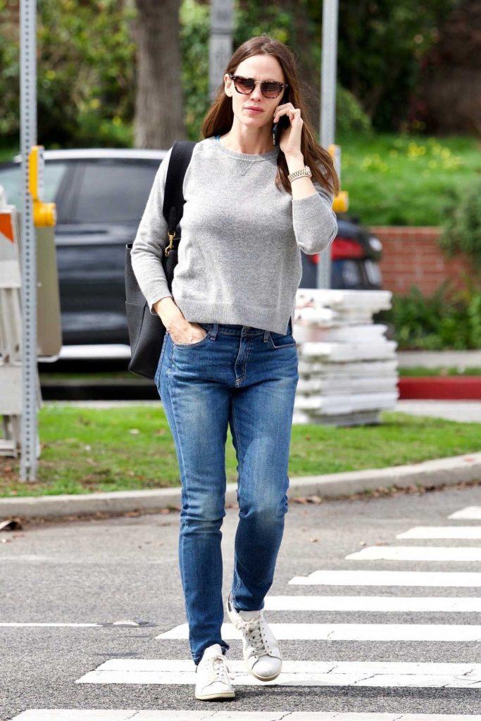 Jennifer Garner Wears a Blue Jeans Out in Brentwood 03/16/2018-1