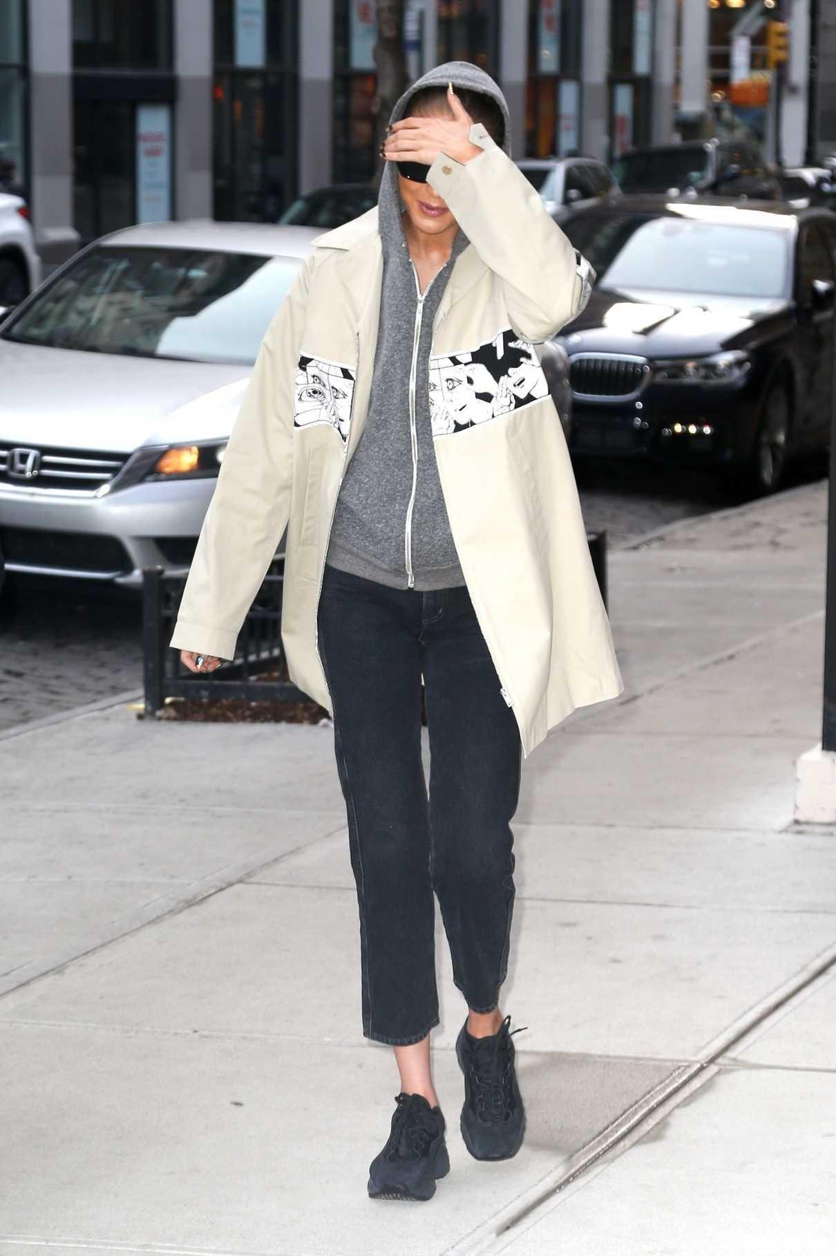 Gigi Hadid Arrives Home in NYC 04/02/2018-1