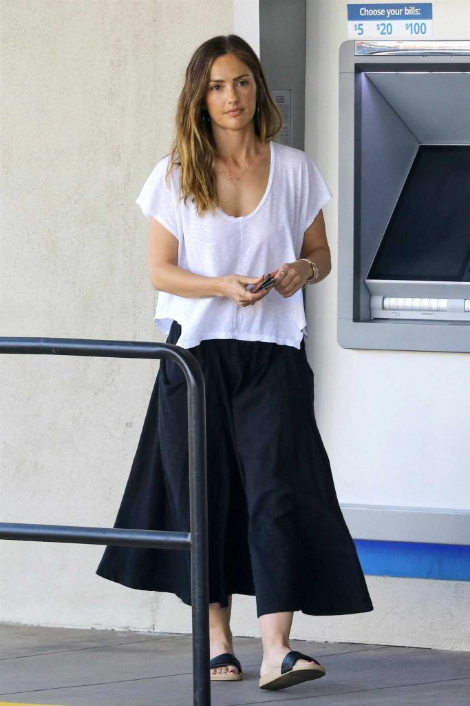 Minka Kelly Takes Her Dog to the Pet Salon in Los Angeles 04/18/2018-1