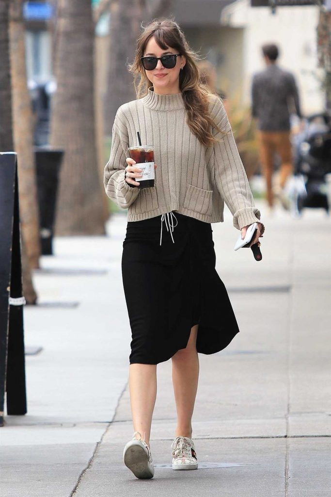Dakota Johnson Picks up a Coffee in Los Angeles 05/18/2018-1