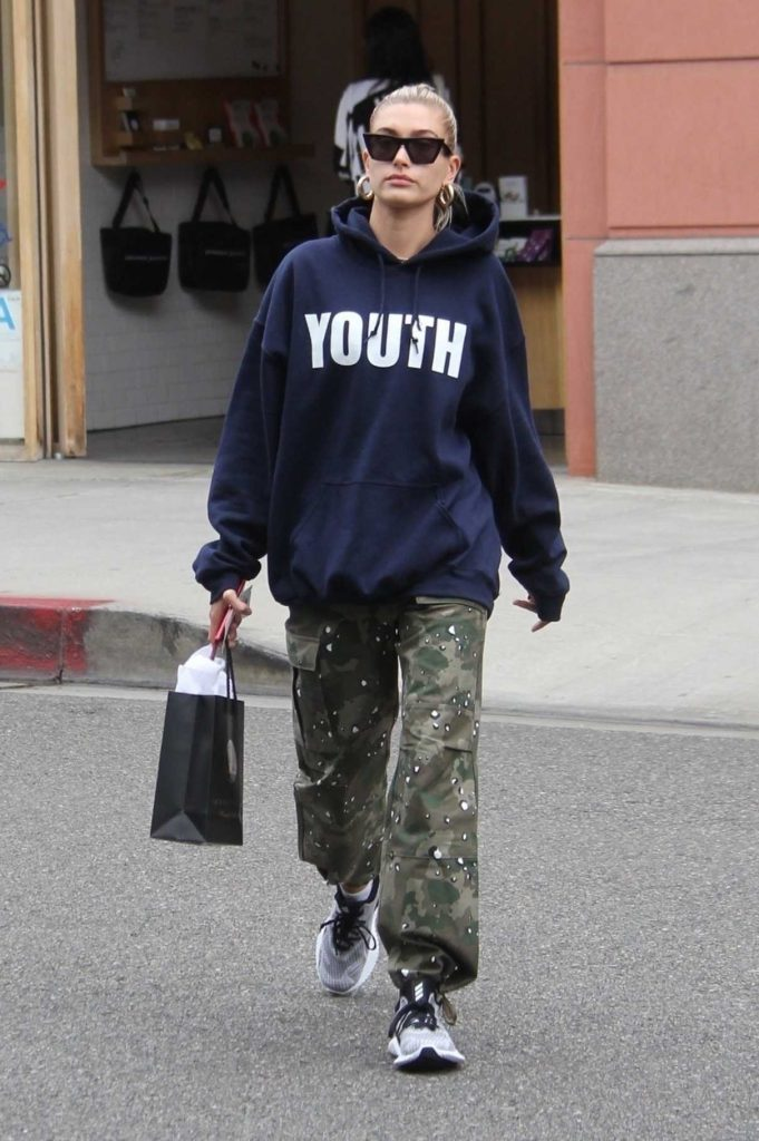 Hailey Baldwin Enjoys Some Shopping in the 90210 Area of Beverly Hills 05/18/2018-1