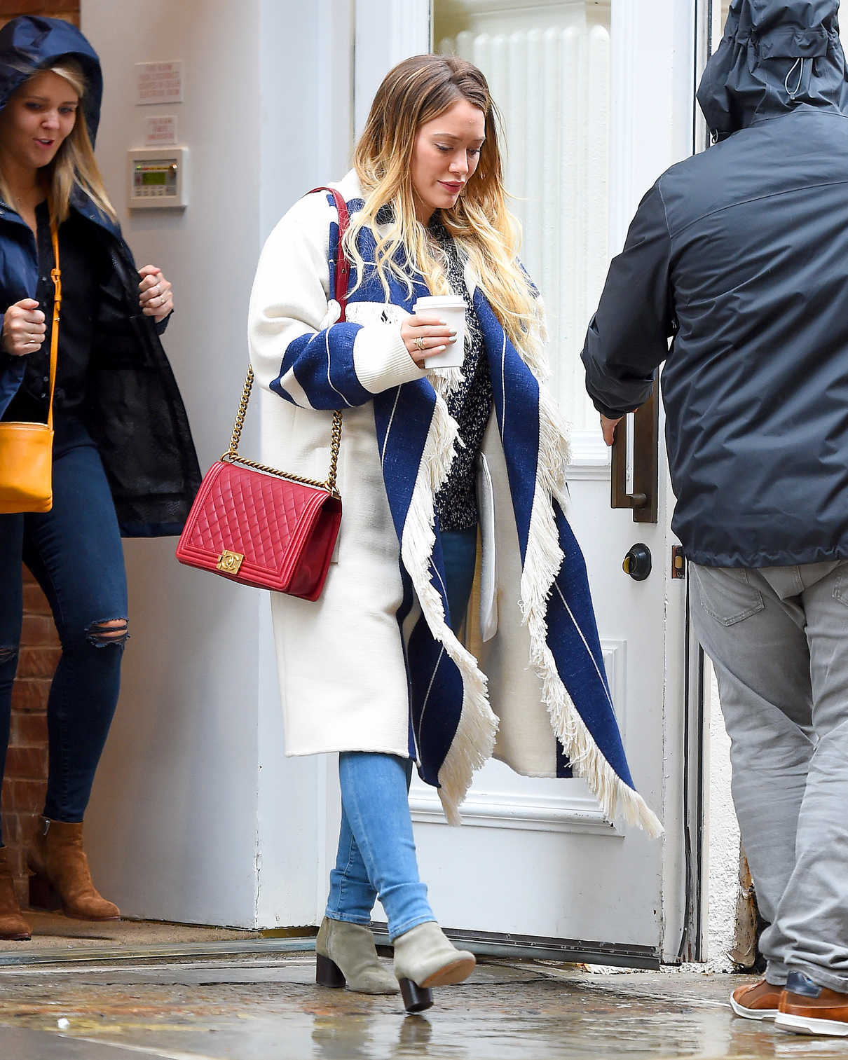 Hilary Duff Was Spotted on a Rainy Day in NYC 05/19/2018-1