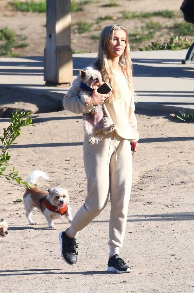 Joanna Krupa Heads Out to the Dog Park in Los Angeles 05/11/2018-1