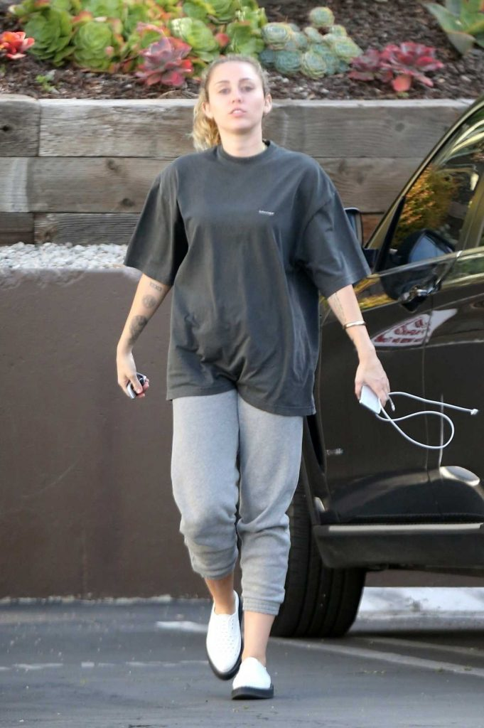 Miley Cyrus Arrives to a Nail Salon in LA 05/04/2018-1