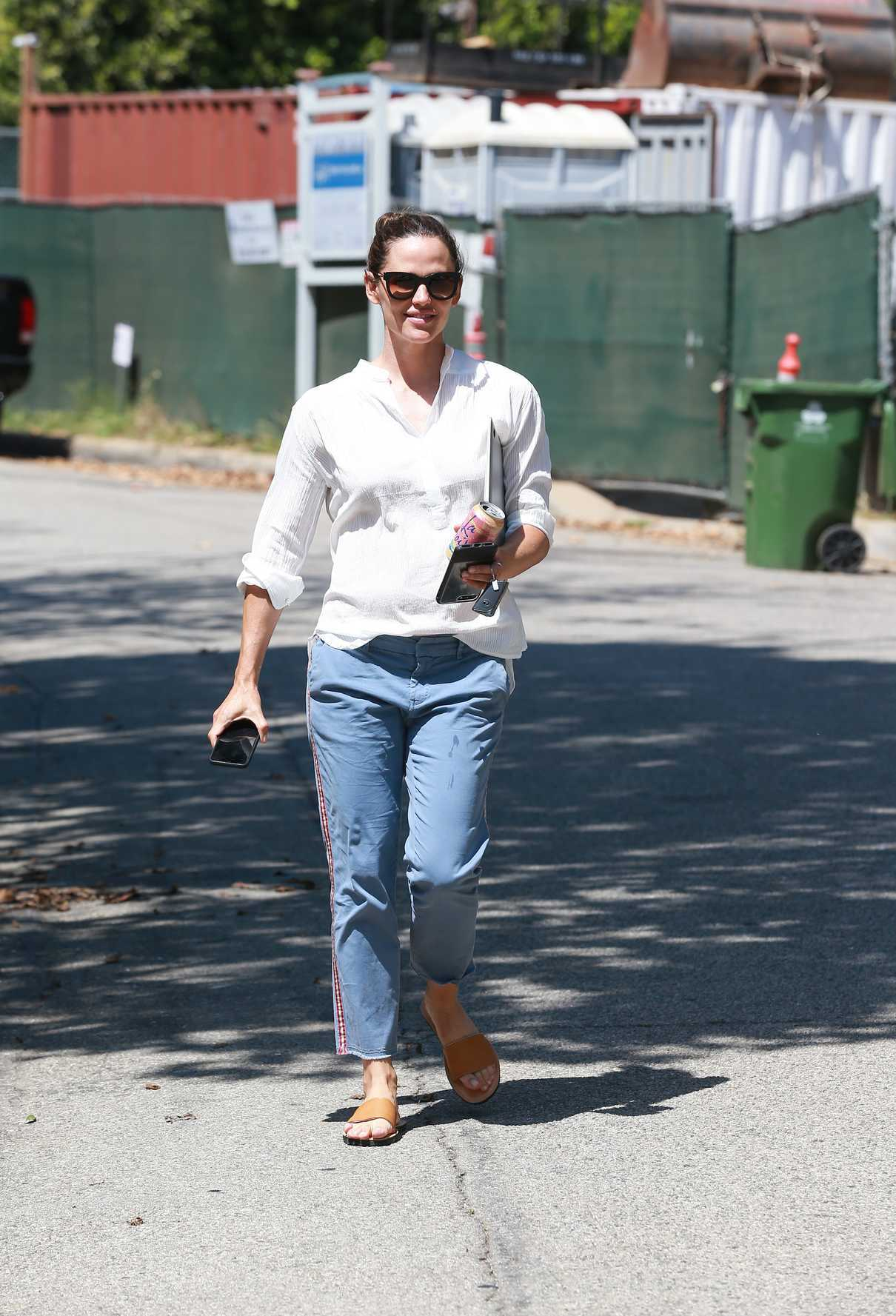 Jennifer Garner in a Blue Chino Pants Out in Los Angeles 07/17/2018-1