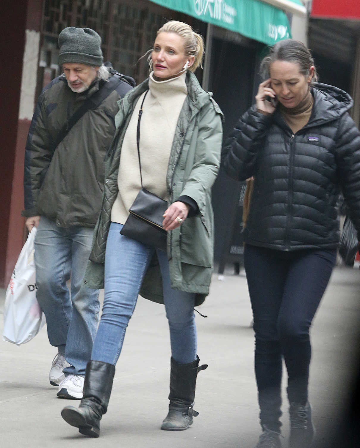 Cameron Diaz in a Green Parka Was Seen Out in New York 02/15/2019 – LACELEBS.CO