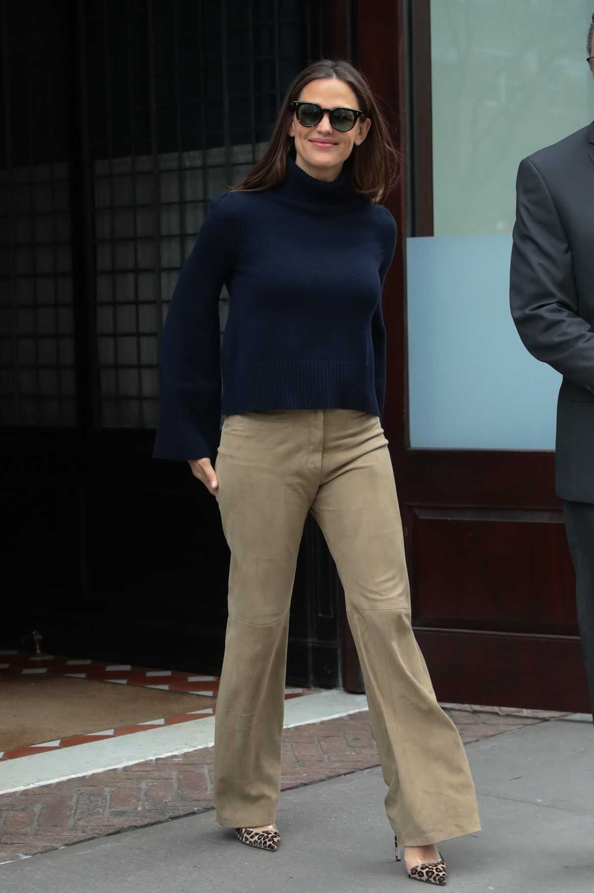 Jennifer Garner in a Beige Pants