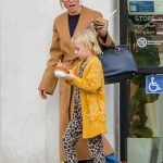 Kristen Bell in a Beige Coat Was Seen Out with Her Daughter in LA 12/04/2019