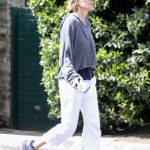 Lisa Rinna in a White Cropped Sweatpants