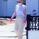 Dakota Fanning in a Face Mask Moving Boxes from Her Car Into a Home with a Friend in Los Angeles 05/04/2020