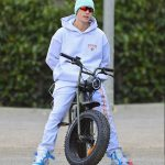 Justin Bieber in a Gray Sweatsuit Does a Bike Ride in Beverly Hills 06/18/2020