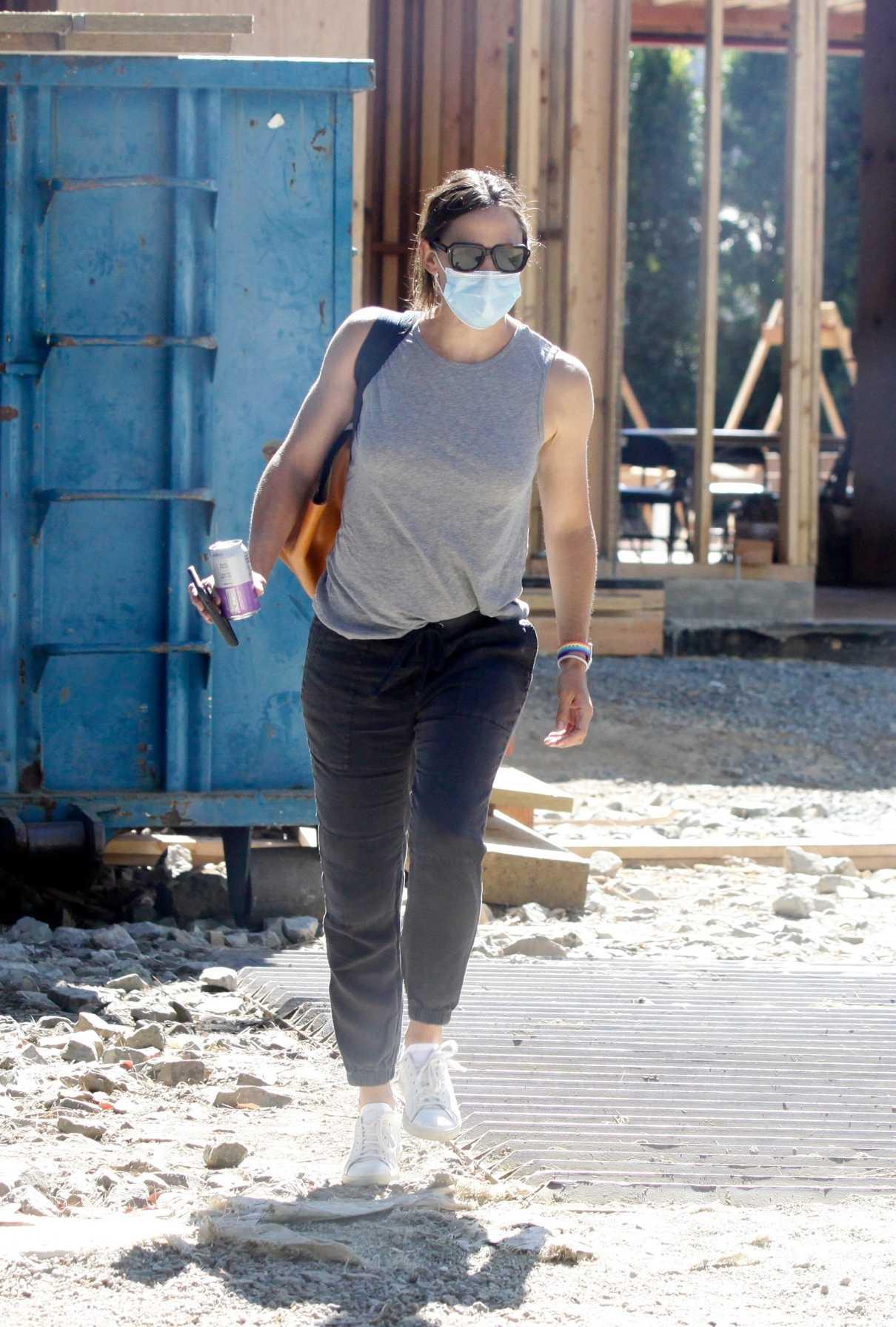 Jennifer Garner in a White Sneakers