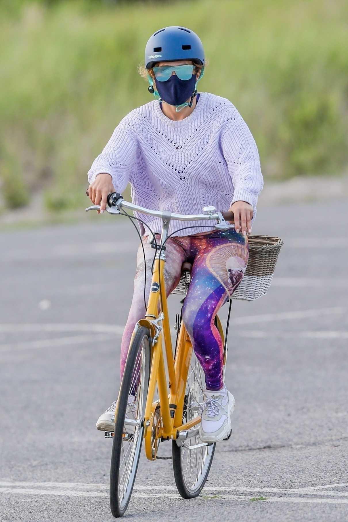 Jennifer Lopez in a Full Colour Leggings