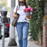 Jennifer Garner in a White Tee Brings a Small Bouquet of Flowers Out in Brentwood 09/14/2020