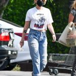 Kristen Stewart in a White Cropped T-Shirt Goes Grocery Shopping at Gelson's in Los Angeles 10/17/2020