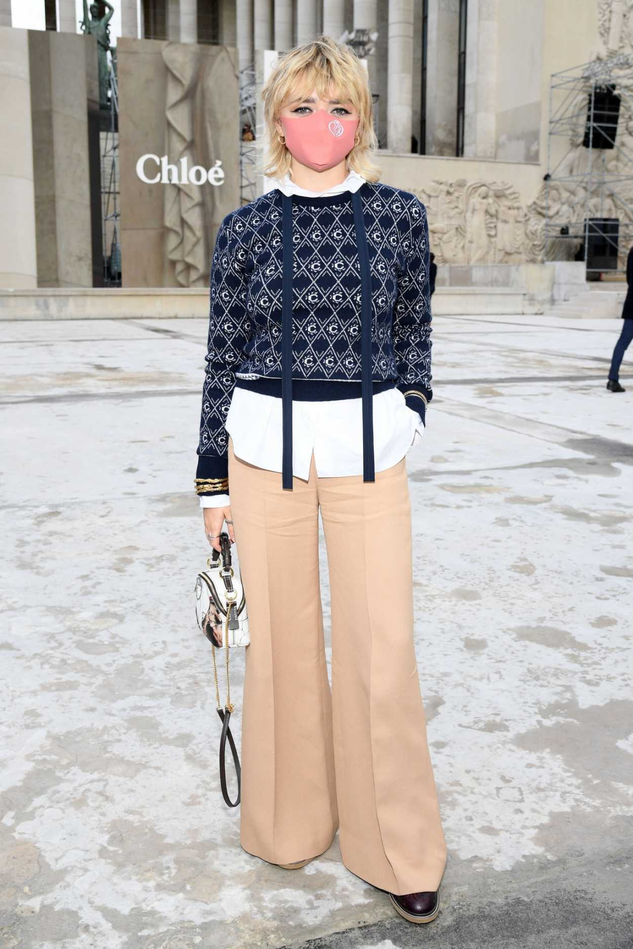 Maisie Williams in a Beige Pants
