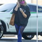 Sarah Michelle Gellar in a Black Sweatshirt Heads to a Workout Session at Plate Fit in Los Angeles 10/16/2020