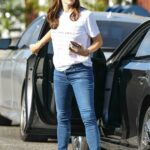 Jennifer Garner in a White Tee Visits the Brentwood Country Mart in Brentwood 12/10/2020